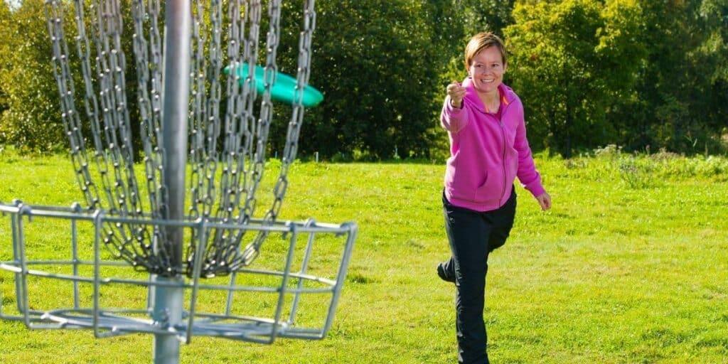 women playing disc golf